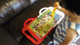 【旅・おもちゃ・英語教育】旅先で2歳の娘が夢中になったもの!アンパンマンNEWことばずかんDX